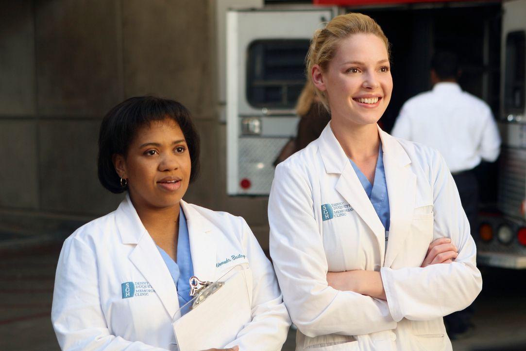 Bailey (Chandra Wilson, l.) und Izzie (Katherine Heigl, r.) sind stolz auf die Denny Duquette Memorial Clinic, die sie eröffnet haben ... - Bildquelle: Touchstone Television