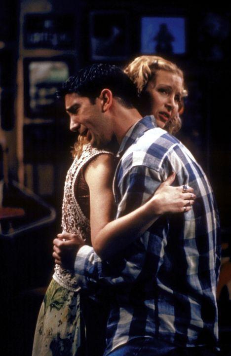 Auch Phoebe (Lisa Kudrow, l.) und Ross (David Schwimmer, r.) holt die Vergangenheit ein. - Bildquelle: TM+  2000 WARNER BROS.
