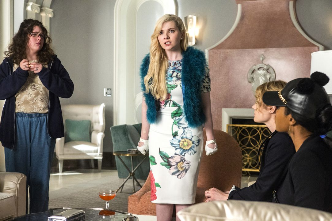 Während Chanel #5s (Abigail Breslin, 2.v.l.)  Unmut ihrer Königin gegenüber immer weiter wächst, findet sich Jennifer (Breezy Eslin, l.) nur schwer... - Bildquelle: Skip Bolen 2015 Fox and its related entities.  All rights reserved.