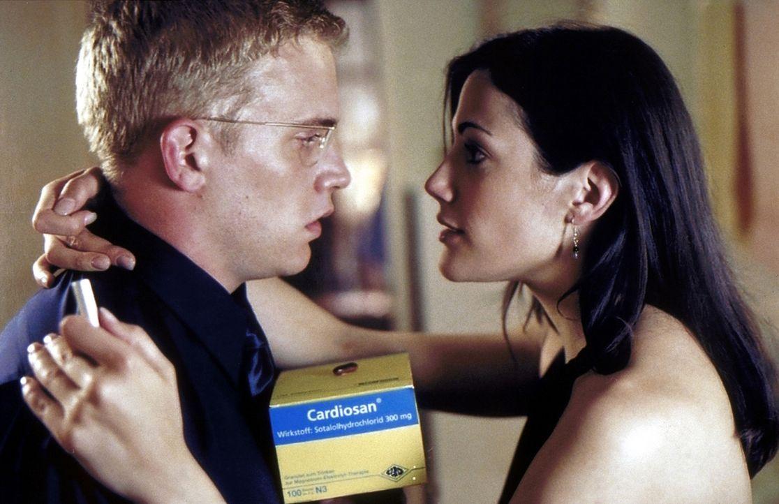 Weil Stefan (Sebastian Bezzel, l.) glaubt, bald sterben zu müssen, sucht er für Anne (Bettina Zimmermann, r.) einen passenden Ersatz-Ehemann. Doch... - Bildquelle: ProSieben