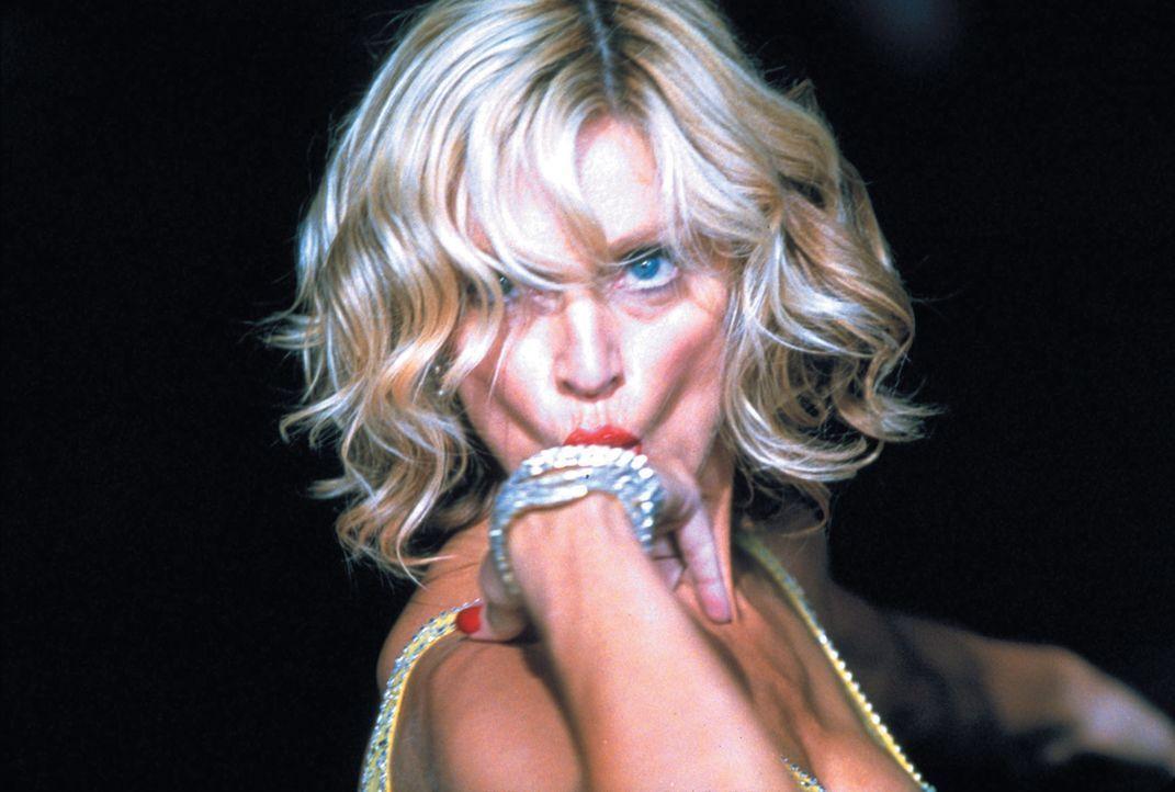 Allein mit einer schönen Frau auf einer paradiesischen Insel gestrandet? Ein Albtraum, wenn diese Frau Amber (Madonna) heißt, reich, verwöhnt, bösar... - Bildquelle: 2003 Sony Pictures Television International