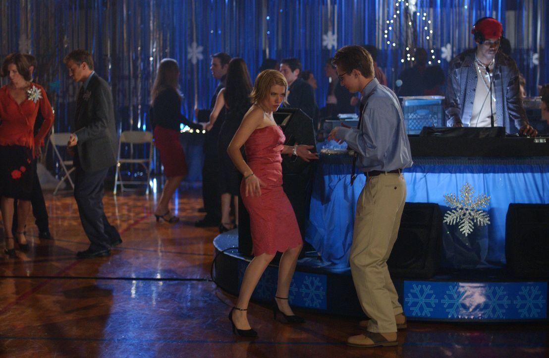 Auf dem Halbjahresball wird Luke (Michael Welch, r.) von Grace (Becky Wahlstrom, l.) überrascht ... - Bildquelle: Sony Pictures Television