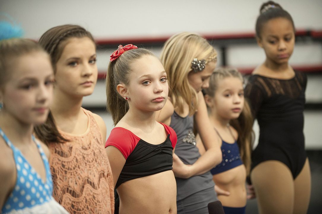 Ein wichtiger Wettbewerb wartet auf Chloe (l.), Brooke (2.v.l.), Maddie (3.v.l.), Paige (3.v.r.), Mackenzie (2.v.r.) und Nia (r.) ... - Bildquelle: Scott Gries 2012 A+E Networks
