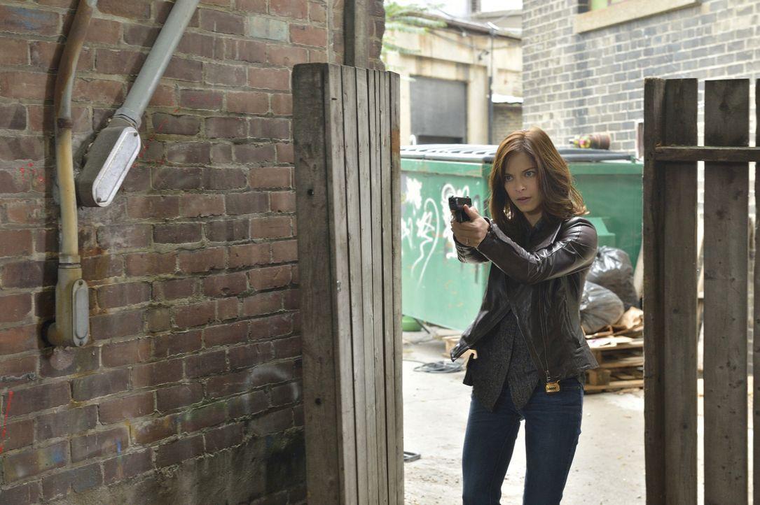 Die Spur des Herzdiebes führt Catherine (Kristin Kreuk) an gefährliche Orte ... - Bildquelle: Ben Mark Holzberg 2015 The CW Network, LLC. All rights reserved.