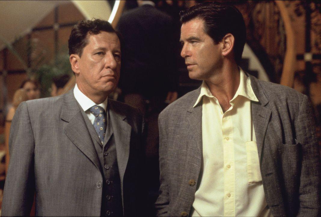 Im Computer stößt Osnard (Pierce Brosnan, r.) auf den Namen des Engländers Harry Pendel (Geoffrey Rush, l.), dem 'Schneider des Präsidenten'. Id... - Bildquelle: 2003 Sony Pictures Television International.