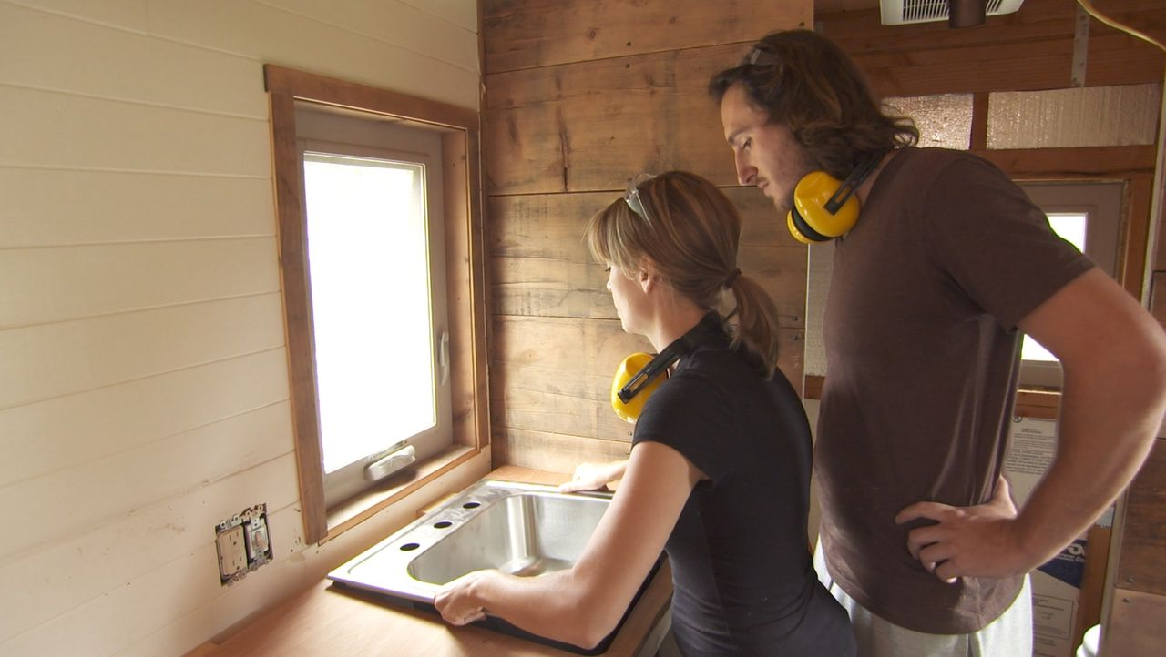 Die Mittzwanziger Jenna (l.) und Guillaume (r.) wollen ganz Amerika mit einem Abenteuerhaus auf Rädern erkunden. Sie haben sich verschiedene Optione... - Bildquelle: 2014, HGTV/Scripps Networks, LLC. All Rights Reserved