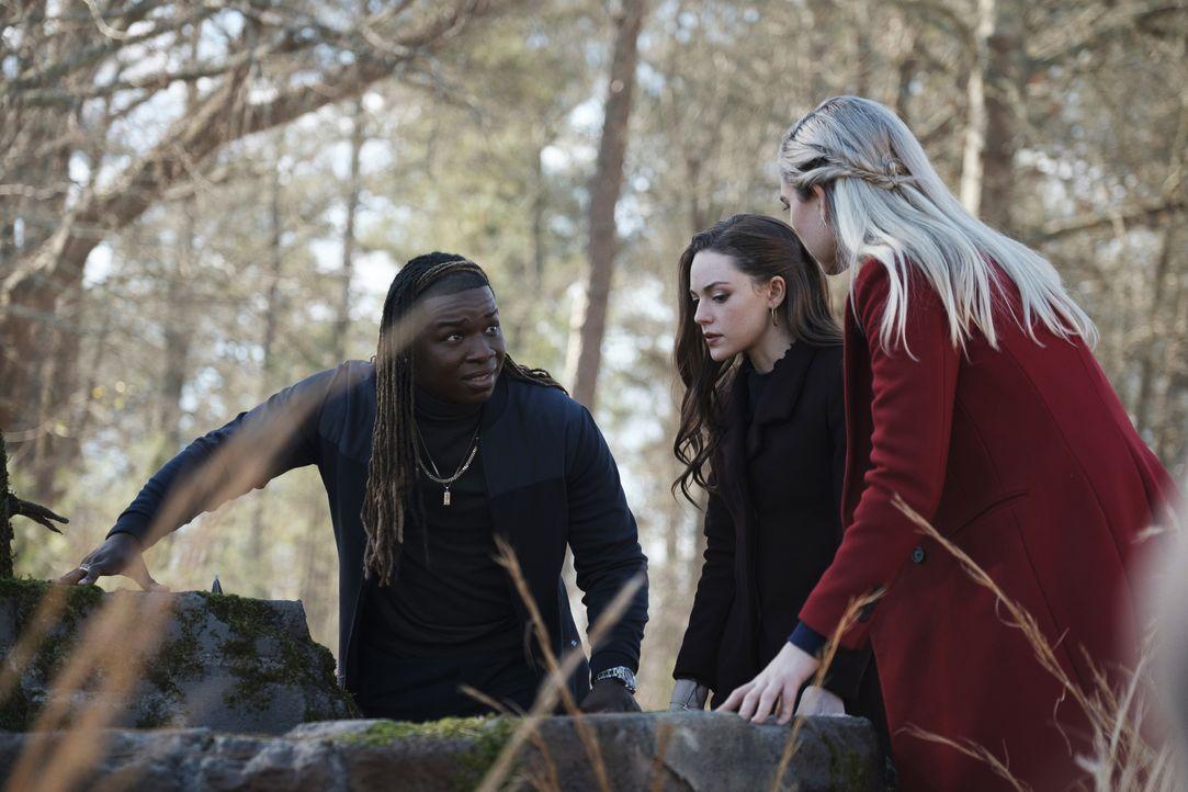 (v.l.n.r.) Kaleb Hawkins (Chris Lee); Hope Mikaelson (Danielle Rose Russell); Lizzie Saltzman (Jenny Boyd) - Bildquelle: 2021 The CW Network, LLC. All rights reserved.