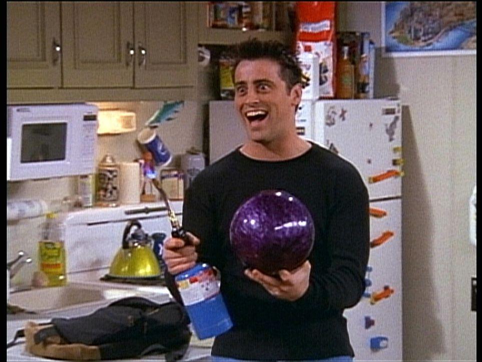 """Joey (Matt LeBlanc) ist hingerissen von dem selbsterfundenen Spiel """"Feuerball"""". - Bildquelle: TM+  2000 WARNER BROS."""