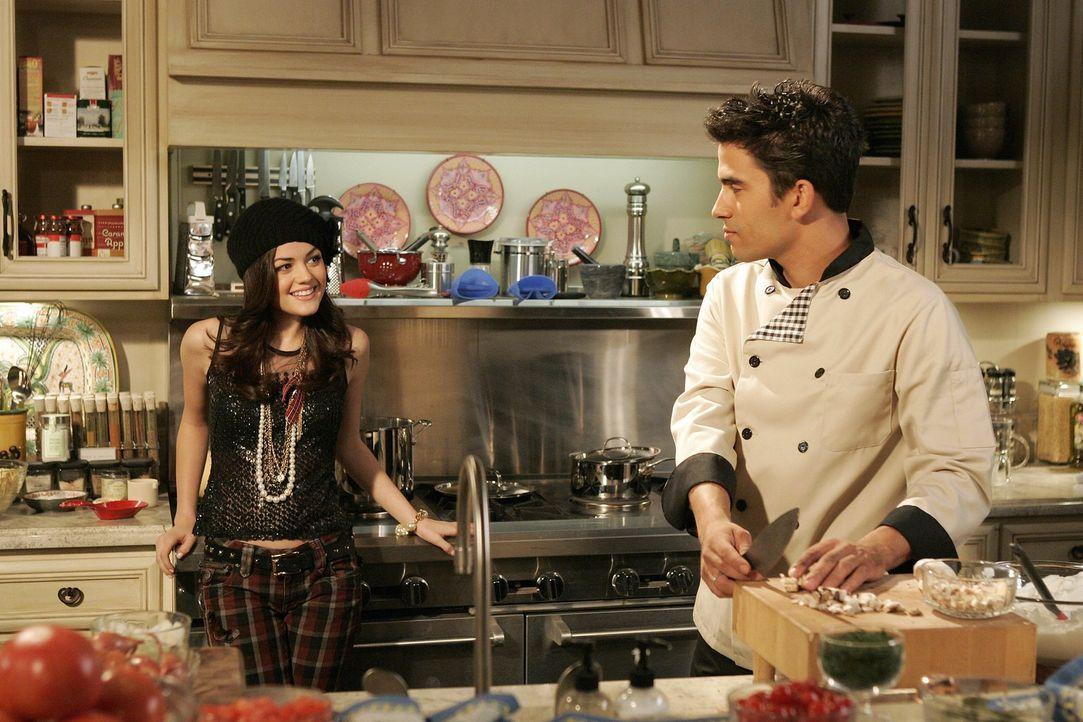 Rose (Lucy Hale, l.) weiß genau, was Louis (Ignacio Serricchio, r.) zu schaffen macht ... - Bildquelle: Warner Bros. Television