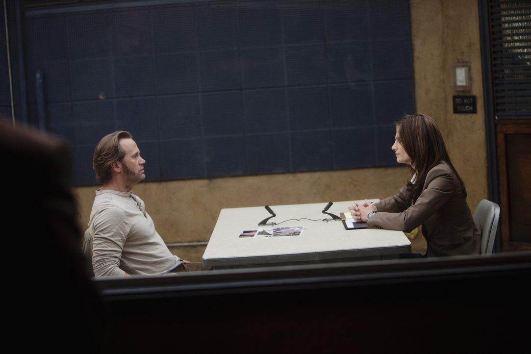 Kate Beckett (Stana Katic, r.) setzt den Verdächtigen Marcus Gates (Lee Tergesen, l.) unter Druck ... - Bildquelle: 2010 American Broadcasting Companies, Inc. All rights reserved.