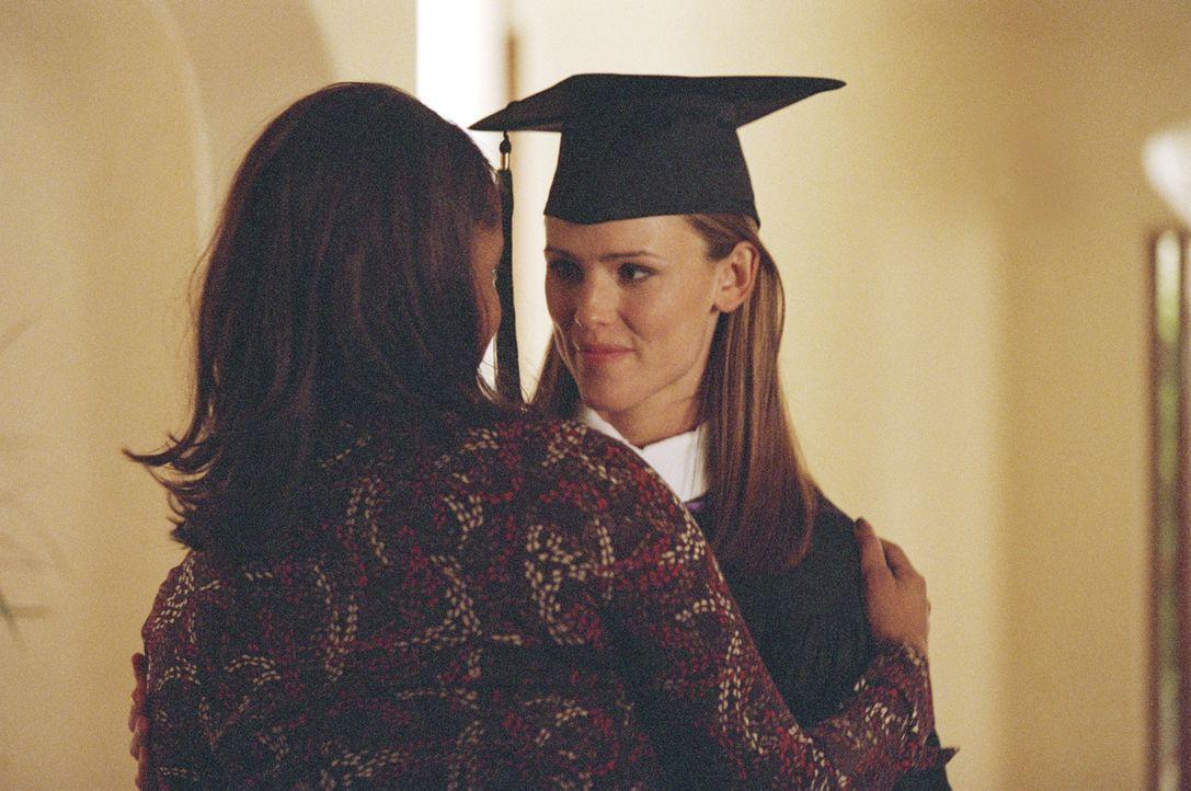 Während sich Sydney (Jennifer Garner, r.) auf ihre Graduierung vorbereitet, ruft Arvin Sloane an, um ihr zu gratulieren. Er erwähnt, dass er schon... - Bildquelle: Touchstone Television