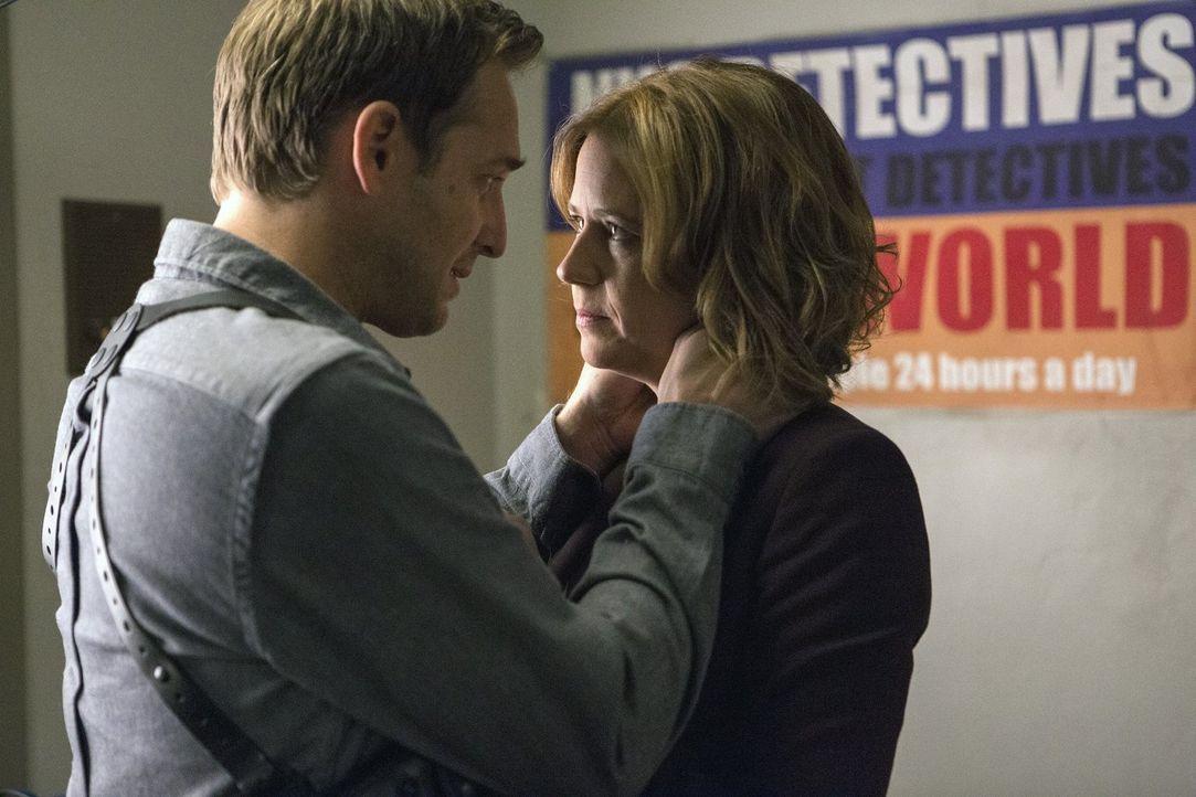Als Jennifer (Jenna Fischer, r.) erfährt, dass ein Detective ermordet wurde, macht sie sich große Sorgen um Jake (Josh Lucas, l.) und gesteht ihm ih... - Bildquelle: 2016 Warner Bros. Entertainment, Inc.