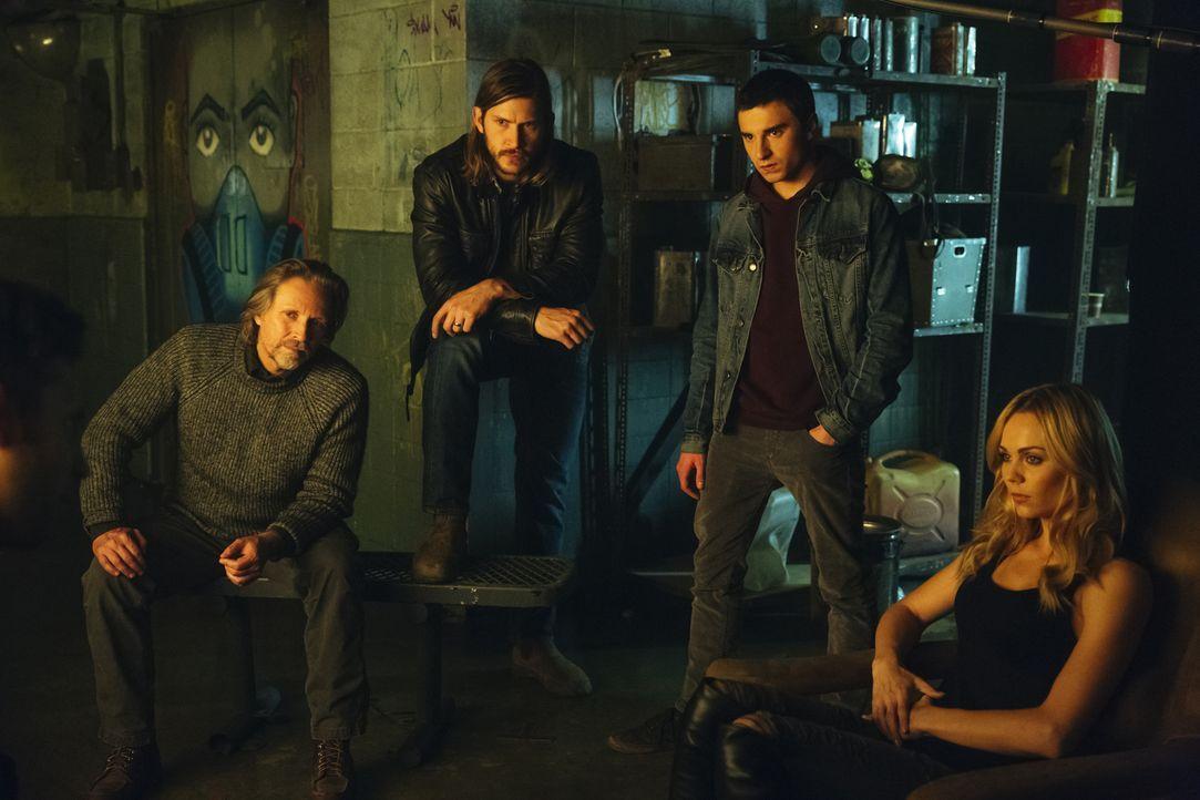 Als Alpha trifft Elena (Laura Vandervoort, r.) eine Entscheidung, die nicht nur die Leben von Sasha (John Ralston, l.), Clay (Greyston Holt, 2.v.l.)... - Bildquelle: 2016 She-Wolf Season 3 Productions Inc.