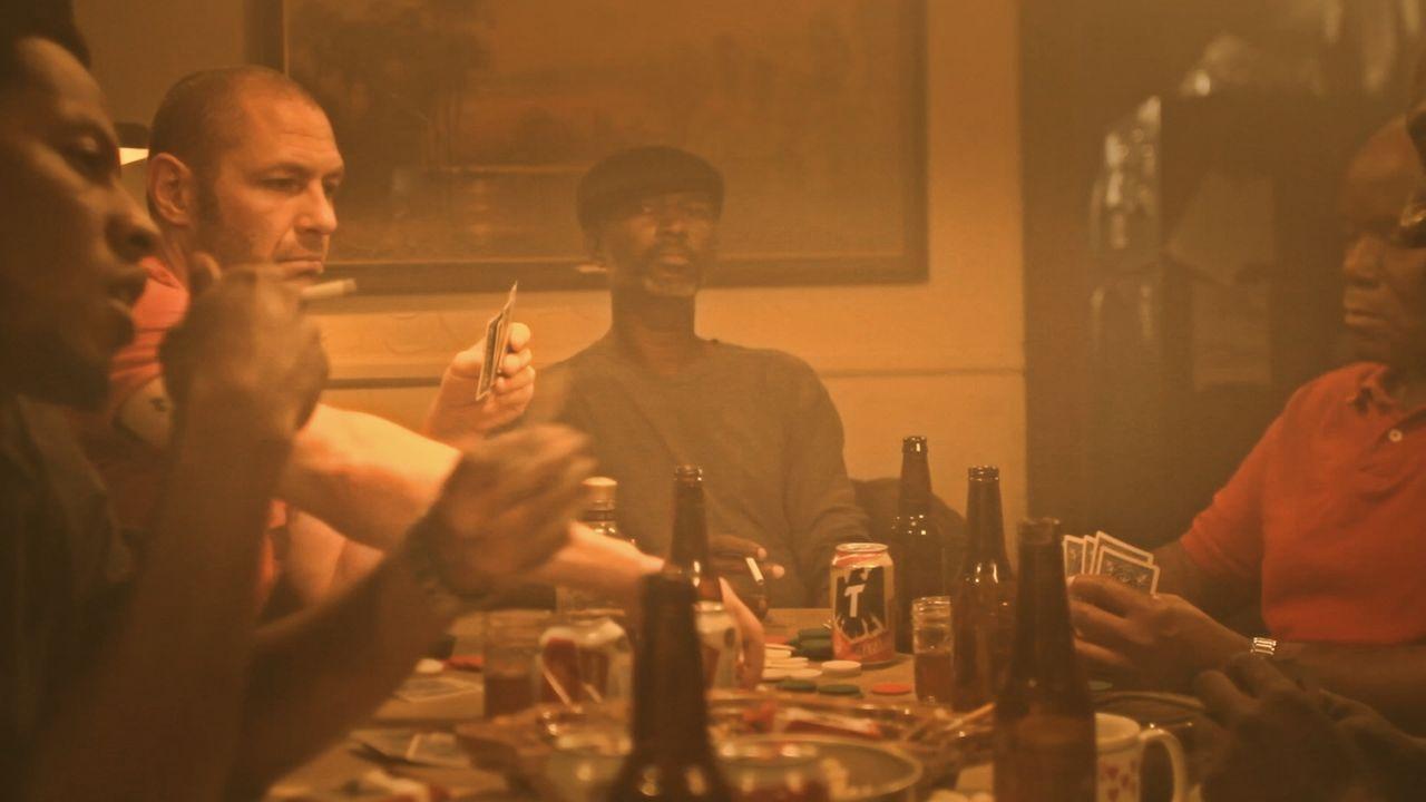 Kampfkunst-Fan Carl Hunt (l.) wird kurz nach einem Pokerspiel in Colorado Springs erstochen. Hat ihn einer der anderen Spieler auf dem Gewissen? - Bildquelle: Jupiter Entertainment