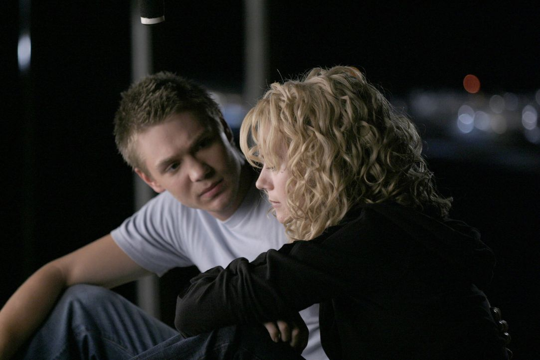 Peyton (Hilarie Burton, r.) versucht immer noch, die Begegnung mit ihrer Mutter zu verarbeiten. Doch dann erzählt ihr Lucas (Chad Michael Murray, l... - Bildquelle: Warner Bros. Pictures
