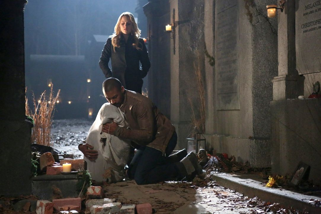 Verzweifelt versuchen Rebekah (Claire Holt, hinten) und Marcel (Charles Michael Davis, vorne), so viele Probleme wie möglich aus der Welt zu schaffe... - Bildquelle: Warner Bros. Television