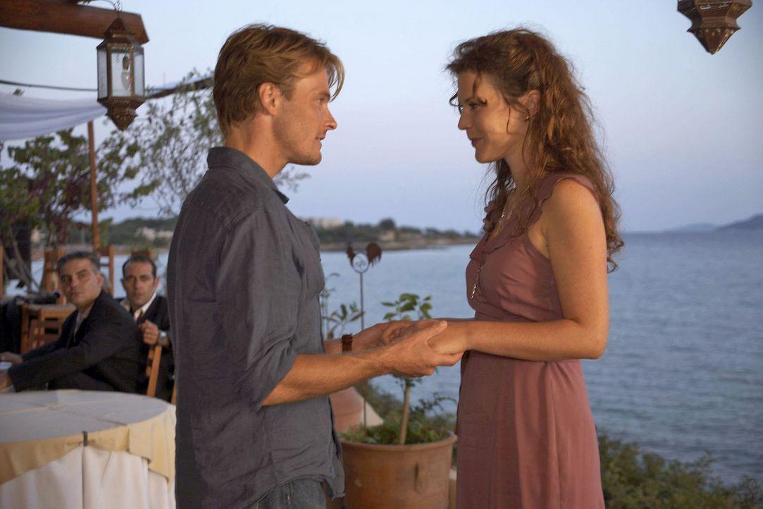 Als Thomas (Andreas Pietschmann, l.) im Hotel auf eine alte Freundin (Tatiani Katrantzi, r.) trifft, reagiert Claudia eifersüchtig. - Bildquelle: Sat.1