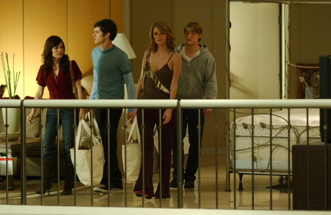 Seth (Adam Brody, 2.v.l.) hält Ryan (Benjamin McKenzie, r.) davon ab, Lindsay in Chicago zu besuchen. Um für Ablenkung zu sorgen, fahren die beide... - Bildquelle: Warner Bros. Television