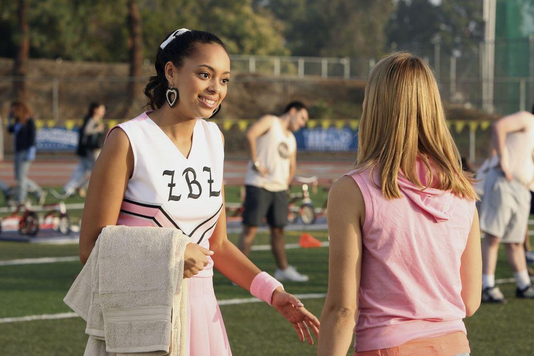 Ashleigh (Amber Stevens, l.) und Travis haben sich getrennt - Ashleigh hat schwer damit zu kämpfen. Casey (Spencer Grammer, r.) versucht, ihr Trost... - Bildquelle: ABC Family