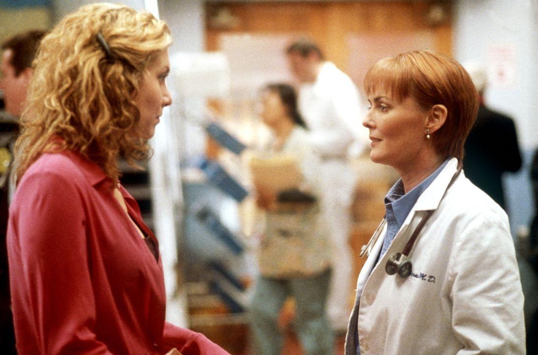 Weaver (Laura Innes, r.) lässt sich auf eine Beziehung mit Kimberly Legaspi (Lola Glaudini, l.) ein. - Bildquelle: TM+  2000 WARNER BROS.