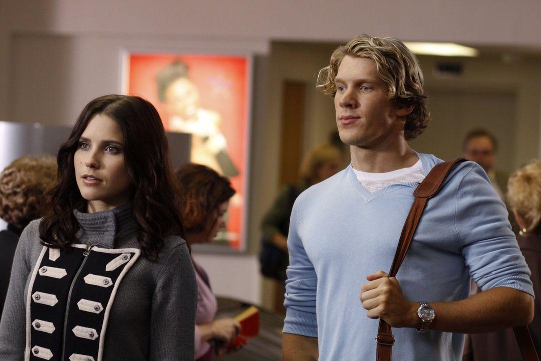 Brooke (Sophia Bush, l.) hat große Pläne für die nächste Fashion-Saison und setzt große Hoffnungen auf ihren neuen Designer Alexander (Mitch Ryan, r... - Bildquelle: Warner Bros. Pictures