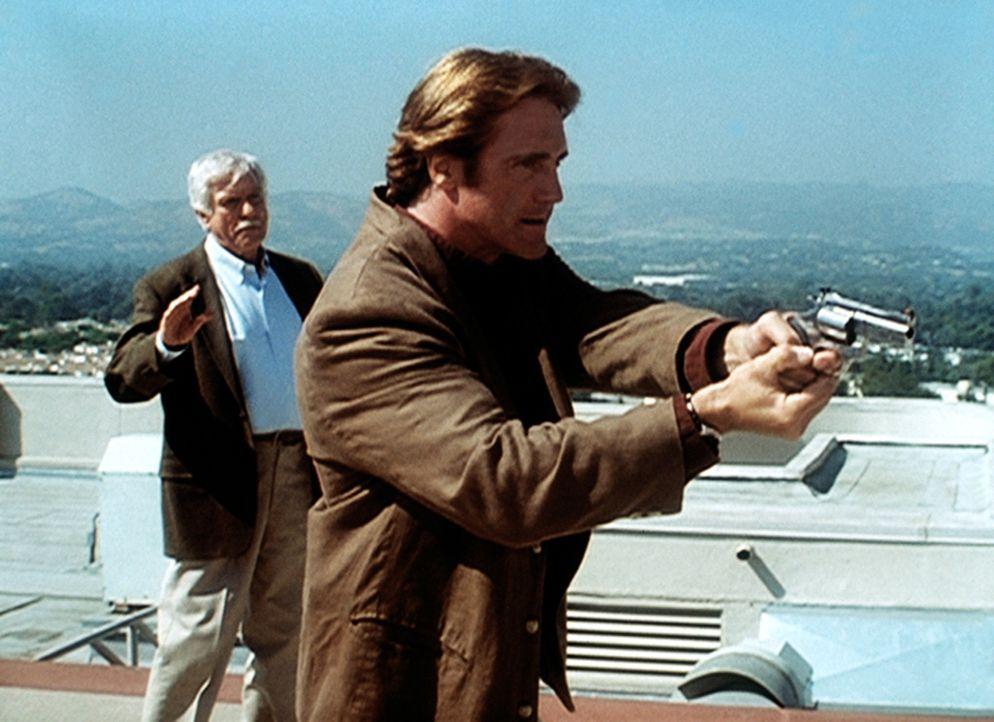 Steve (Barry Van Dyke, r.) hat den Mörder von Senator Bells Tochter gestellt. Dieser bedroht jedoch  Mark (Dick Van Dyke, l.) und Senator Bell. - Bildquelle: Viacom