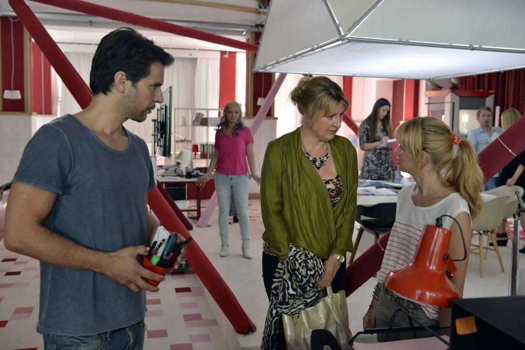 Mila (Susan Sideropoulos, r.) leugnet vor sich und vor allen anderen, dass sie Nick (Florian Odendahl, l.) bereits jetzt vermisst - und erfährt dann... - Bildquelle: Oliver Ziebe Sat.1