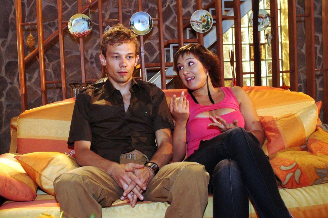 Jürgen (Oliver Bokern, l.) will von Yvonne (Bärbel Schleker, r.) wissen, was in Lisas Zimmer passiert ist, dass sie glaubt, sich vor Scham einschl... - Bildquelle: Monika Schürle Sat.1