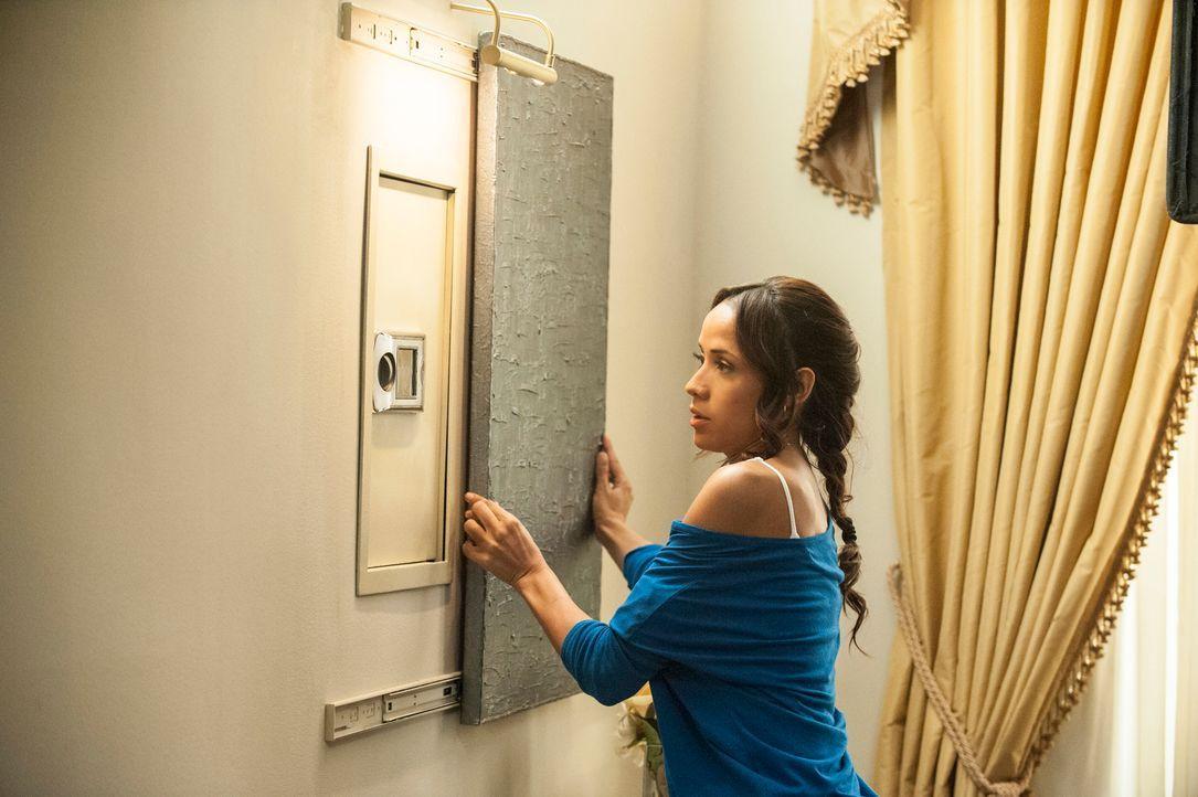 Rosie (Dania Ramirez) versucht, an die DVD über Flora zu kommen. Doch wird es ihr gelingen, ohne dass sie erwischt wird? - Bildquelle: ABC Studios