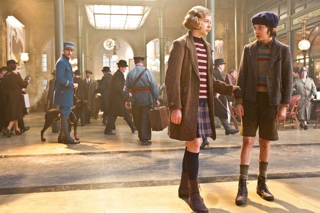 Paris 1930: Der Junge Hugo (Asa Butterfield, r.) lebt versteckt und elternlos im Bahnhof Montparnasse. Dort setzt er im Verborgenen fort, was sein O... - Bildquelle: Jaap Buitendijk 2011 GK Films.  All Rights Reserved.