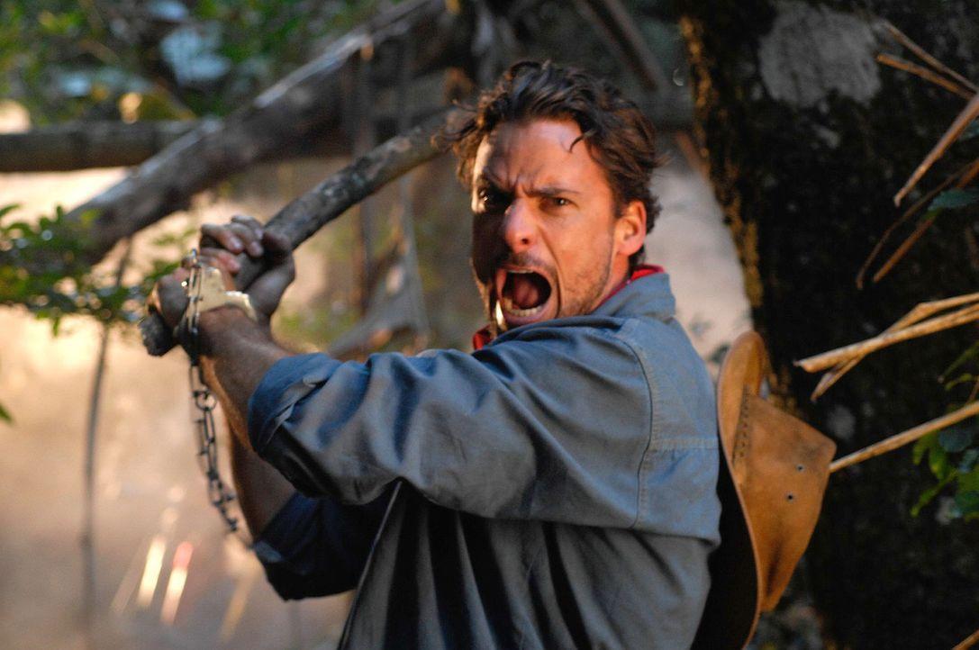 Als Vic (Stephan Luca) mitten im Dschungel ein eigenartiges Geräusch hört, ist er überzeugt, dass es seine Verfolger sind - und schlägt zu. Ungl... - Bildquelle: David Gur SAT.1
