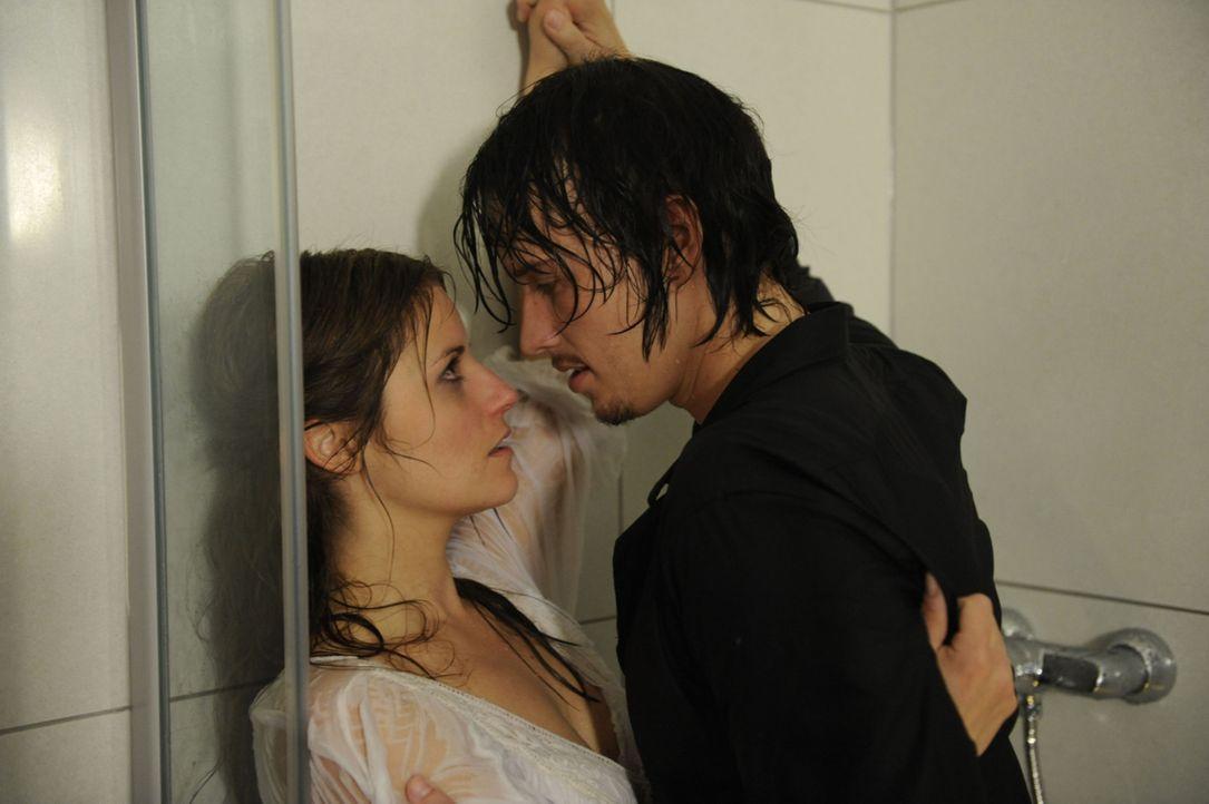 Es kommt zu einem leidenschaftlichen Kuss zwischen Ben (Christopher Kohn, r.) und Bea (Vanessa Jung, l.). - Bildquelle: SAT.1
