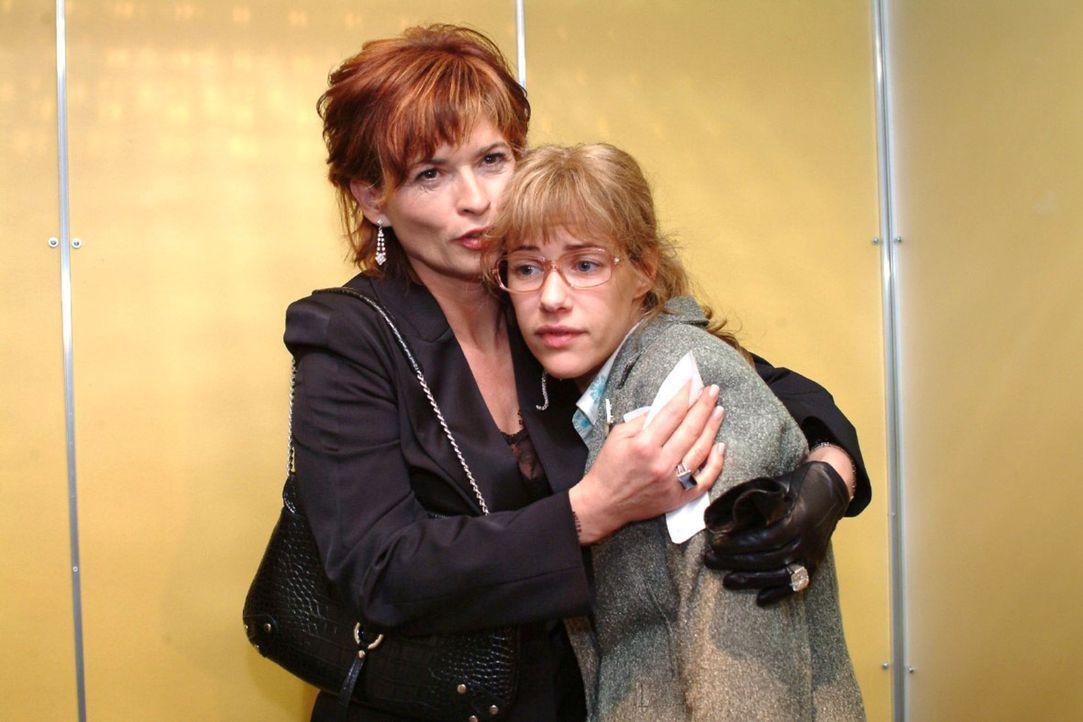 Sophie (Gabrielle Scharnitzky, l.) heuchelt gegenüber Lisa (Alexandra Neldel, r.) Mitleid. (Dieses Foto von Alexandra Neldel darf nur in Zusammenha... - Bildquelle: Monika Schürle Sat.1