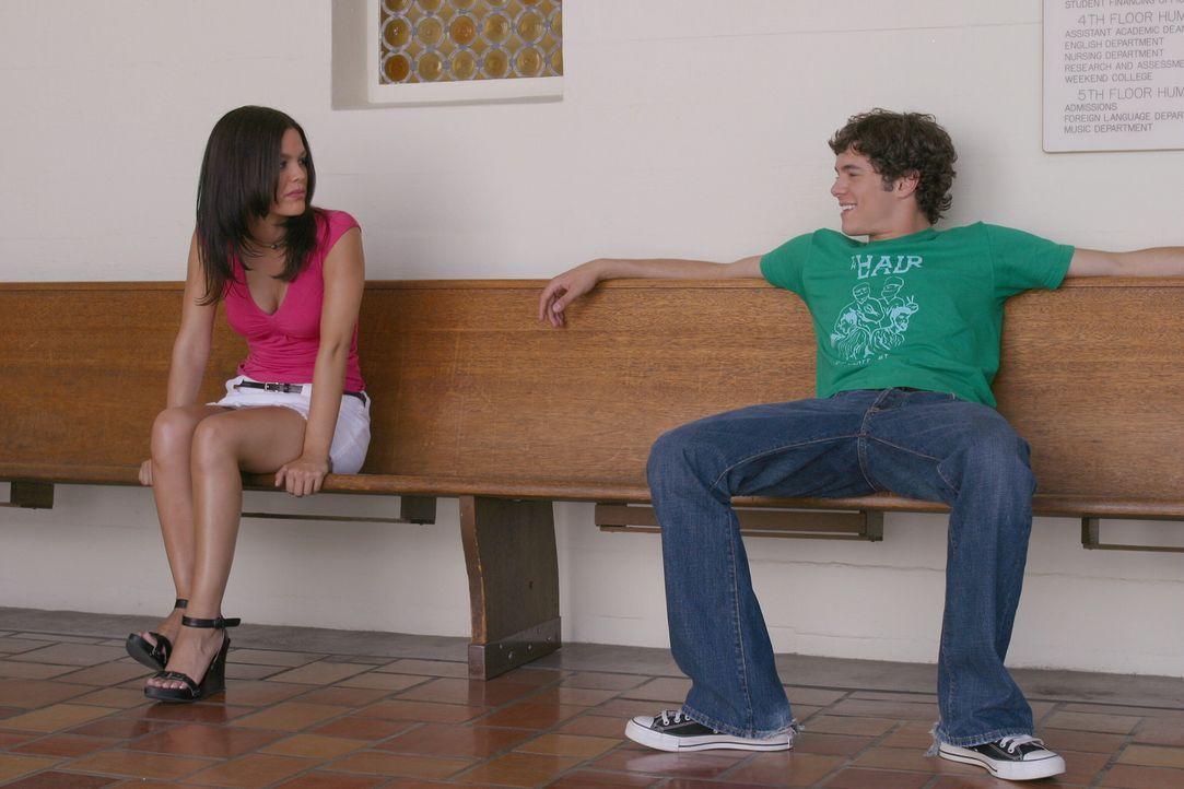 Um Marissa zu retten, holen Seth (Adam Brody, r.) und Summer (Rachel Bilson, l.) Ryan aus seinem Einstufungstest, womit sich die Aufnahme in die Pri... - Bildquelle: Warner Bros. Television