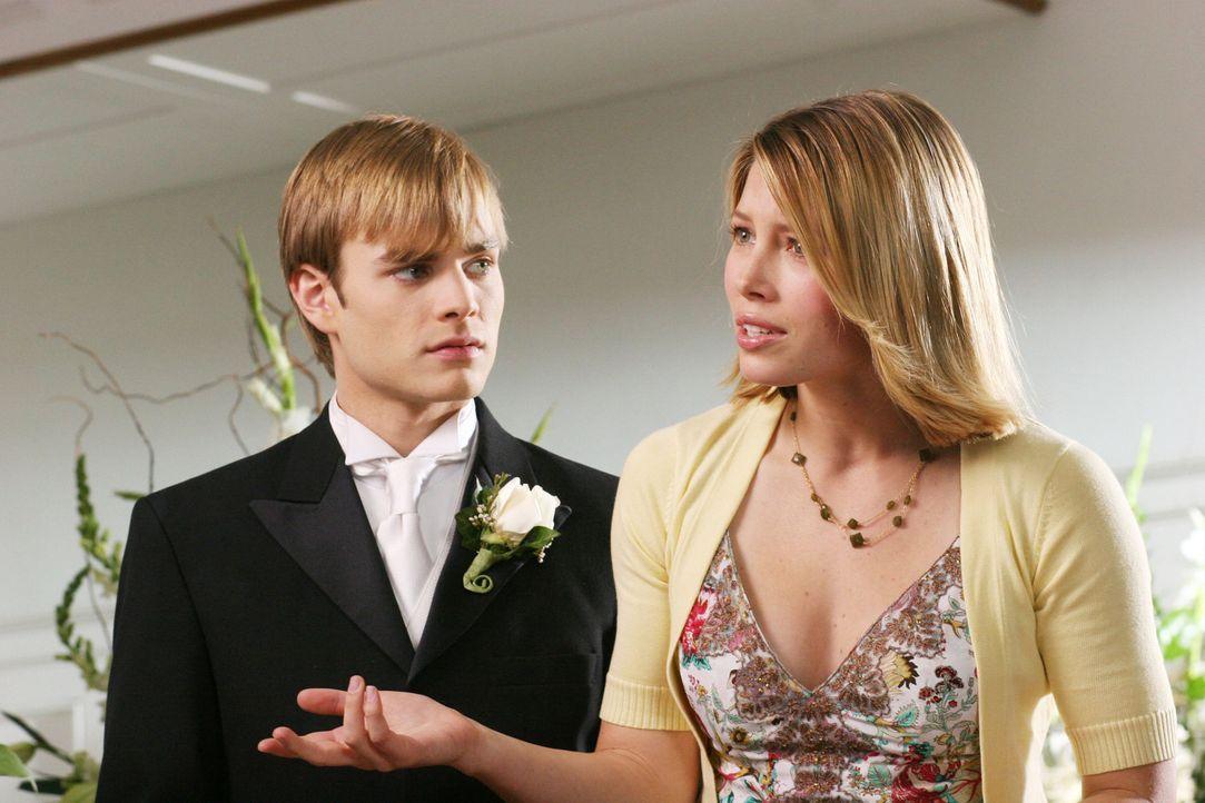 Kurz vor der Hochzeit scheint sich Simon (David Gallagher, l.) in seiner Entscheidung alles andere als sicher zu sein, während Mary (Jessica Biel,... - Bildquelle: The WB Television Network