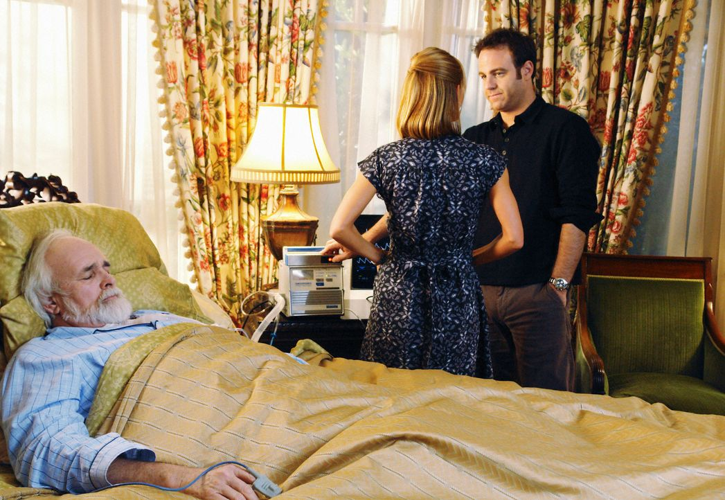 Als Cooper (Paul Adelstein, r.) erfährt, dass Charlottes (KaDee Strickland, M.) Vater (Tyler Jacob Moore, l.) im Sterben liegt, reist er ihr hinterh... - Bildquelle: ABC Studios