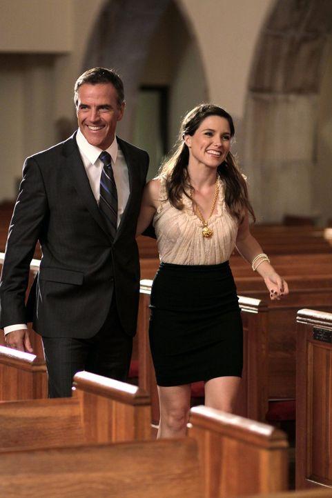 Ted (Richard Burgi, l.) taucht überraschender Weise bei der Taufe von Brookes (Sophia Bush, r.) Kindern auf. Unterdessen stellt die Entfernung die B... - Bildquelle: Warner Bros. Pictures