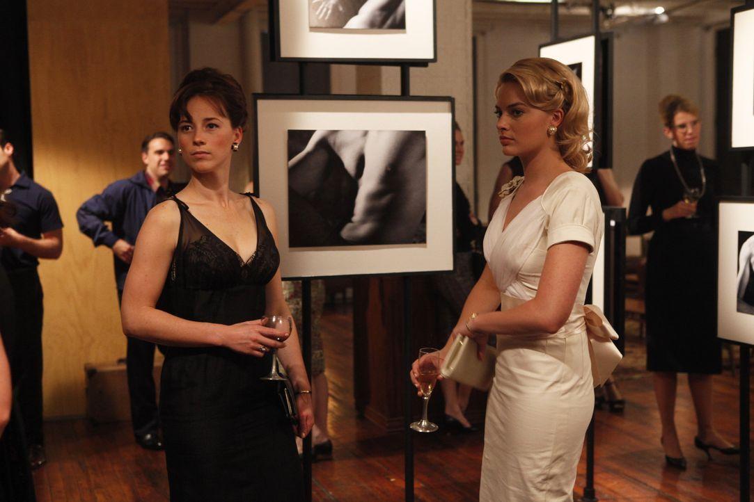 Die Aktfotografie gefällt Colette (Karine Vanasse, l.), aber Laura (Margot Robbie, r.) inspiriert sie regelrecht ... - Bildquelle: 2011 Sony Pictures Television Inc.  All Rights Reserved.