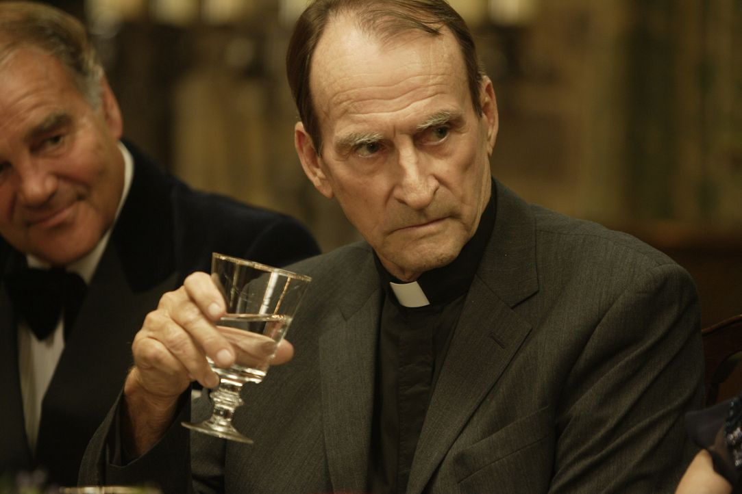 "Verwirrt: Reverend Foote (James Sikking) ist der Meinung, Tom, die Brautjunger, wäre ""vom anderen Ufer"" ... - Bildquelle: 2008 Columbia Pictures Industries, Inc. and Beverly Blvd LLC. All Rights Reserved."