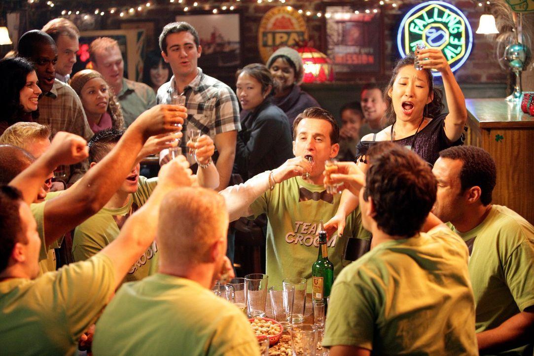 Nachdem Cristina (Sandra Oh, r. stehend) ihren Job im Seattle Grace Hospital hingeschmissen hat, heuert sie in Joe's Bar als Mädchen für alles an ..... - Bildquelle: ABC Studios
