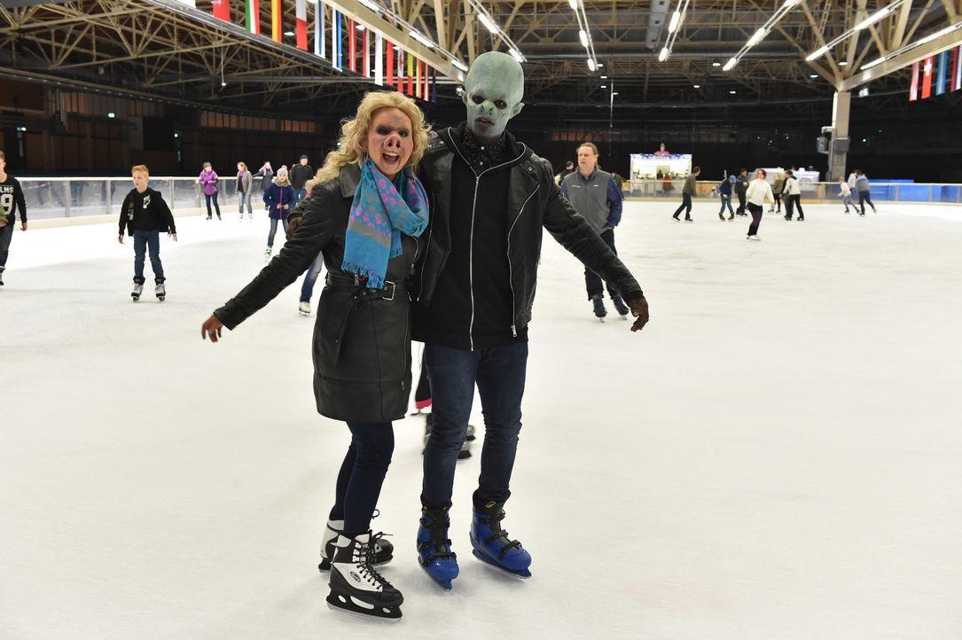 Trauen sich gemeinsam aufs Eis: Jerrad (r.) und Sarah (l.) ... - Bildquelle: Andre Kowalski Sixx