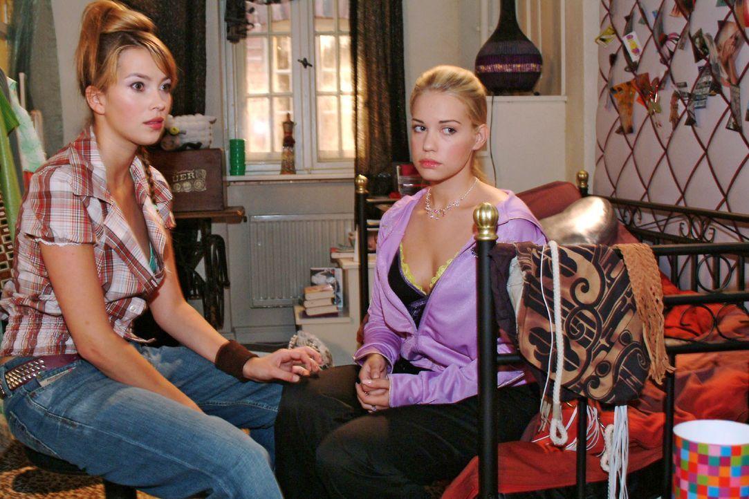 Gefühlschaos: Hannah (Laura Osswald, l.) und Kim (Lara-Isabelle Rentinck, r.) sprechen sich aus. - Bildquelle: Monika Schürle SAT.1 / Monika Schürle