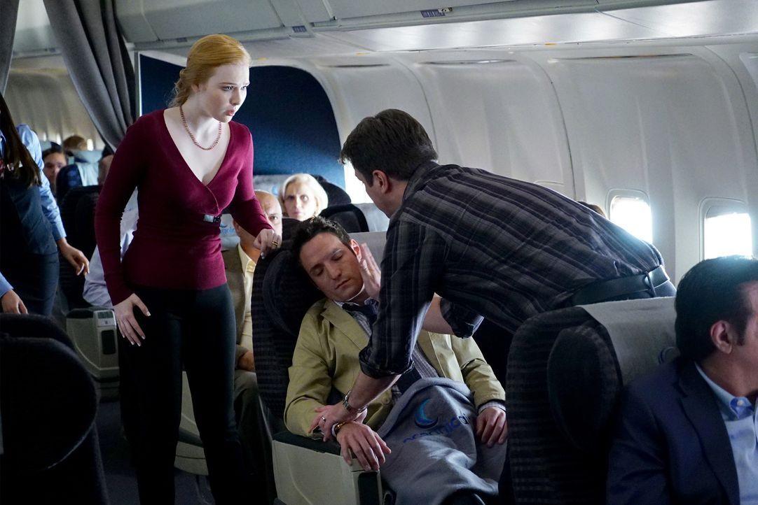 Als der wahre Grund für den Mord am Air Marshall herauskommt, müssen Castle (Nathan Fillion, r.) und Alexis (Molly C. Quinn, l.) sofort zu Aaron ... - Bildquelle: Richard Cartwright ABC Studios