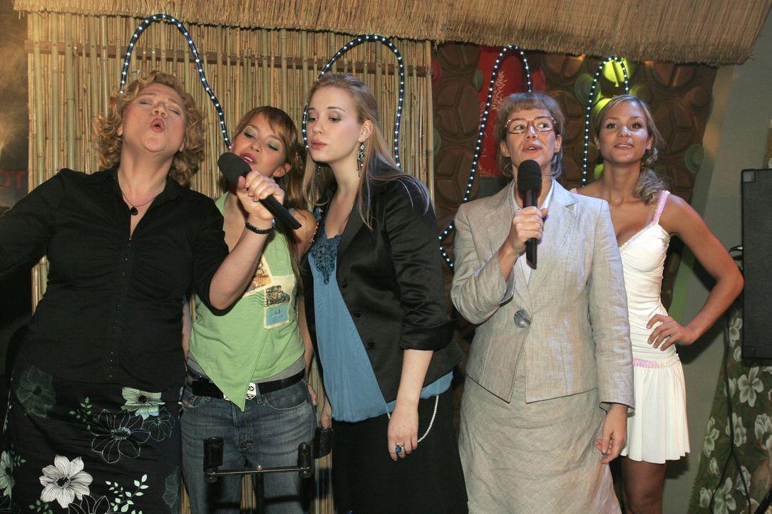 Timo (Matthias Dietrich, r.) beobachtet eifersüchtig, wie Kim (Lara-Isabelle Rentinck, M.) mit DJ Vin (Dejan Levi, l.) flirtet. Die Stimmung ist auf... - Bildquelle: Noreen Flynn SAT.1 / Noreen Flynn