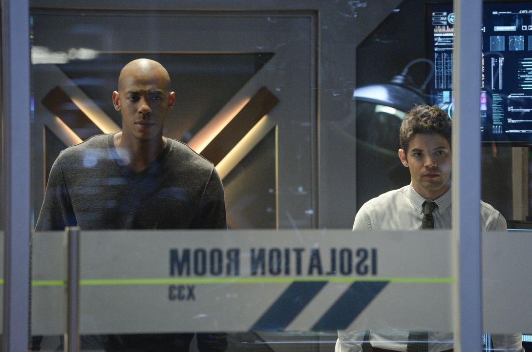 James (Mehcad Brooks, l.) und Winn (Jeremy Jordan, r.) müssen mit einer Ausnahmesituation kämpfen, als Kara von einem parasitären Alien angefallen u... - Bildquelle: 2015 Warner Bros. Entertainment, Inc.