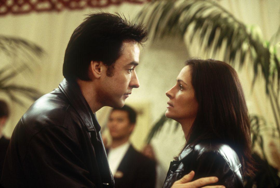 Zwischen Kiki (Julia Roberts, r.) und Eddie (John Cusack, l.) entwickelt sich ganz allmählich eine romantische Beziehung ... - Bildquelle: 2004 Senator Film, alle Rechte vorbehalten.