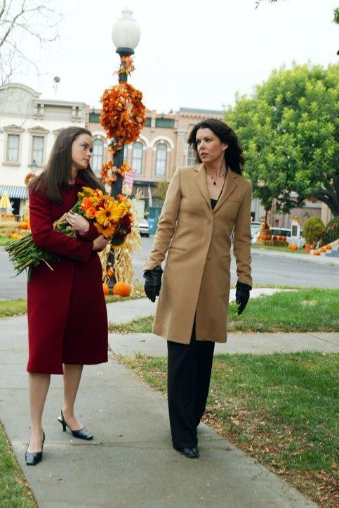 Ein besonders anstrengendes Thanksgiving wartet auf Rory (Alexis Bledel, l.) und Lorelai (Lauren Graham, r.), denn sie müssen gleich vier Einladunge... - Bildquelle: 2002 Warner Bros.