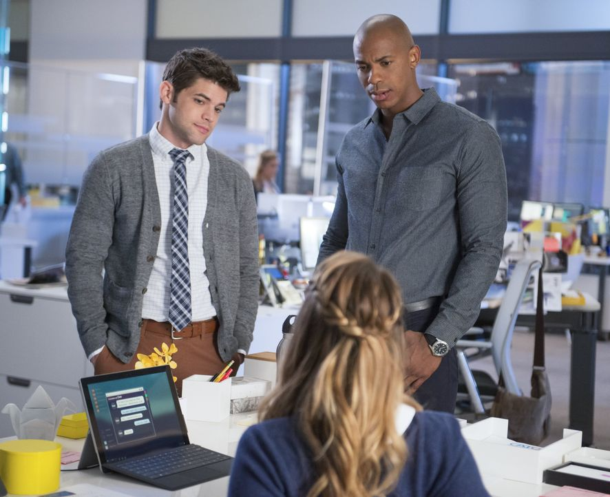 Ohne Kara (Melissa Benoist, M.) zu informieren, versuchen James (Mehcad Brooks, r.) und Winn (Jeremy Jordan) Tech-Mogul Maxwell Lord auszuspionieren... - Bildquelle: 2015 Warner Bros. Entertainment, Inc.