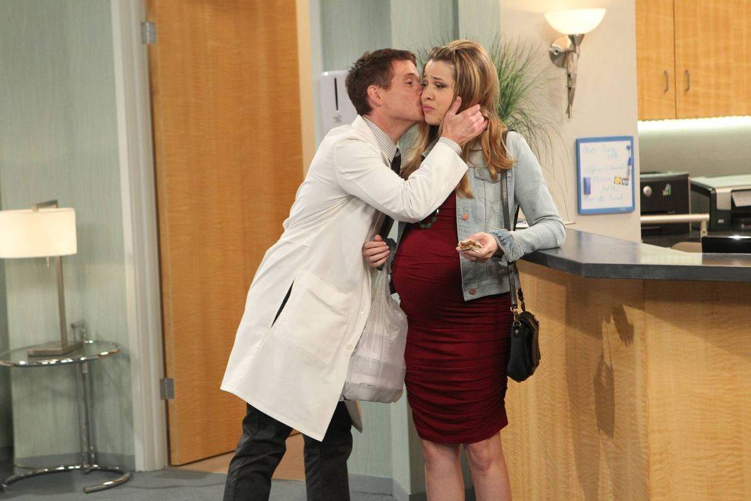 Nachdem Andi (Majandra Delfino, r.) erfahren hat, dass Bobby (Kevin Connolly, l.) ein Playmate als Patientin hat, stellt sie ihn zur Rede ... - Bildquelle: 2013 CBS Broadcasting, Inc. All Rights Reserved.