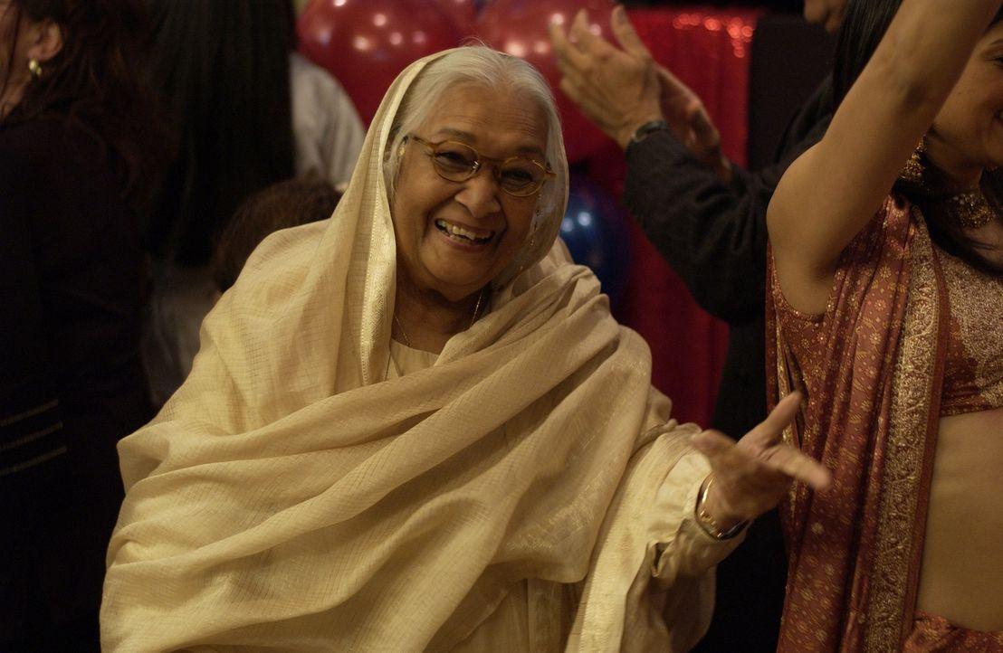 Grandma Ji (Dina Pathak) ist nicht begeistert, als ihr Enkel seine kandische Freundin mit nach Hause bringt - und droht, sie heiraten zu wollen ... - Bildquelle: Universum Film